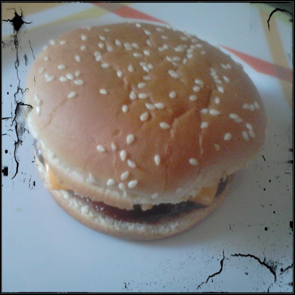 Frischer Cheeseburger auf Teller.