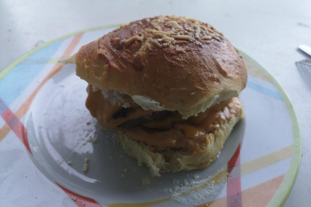 Im Bild der fertige Burger auf einem Teller
